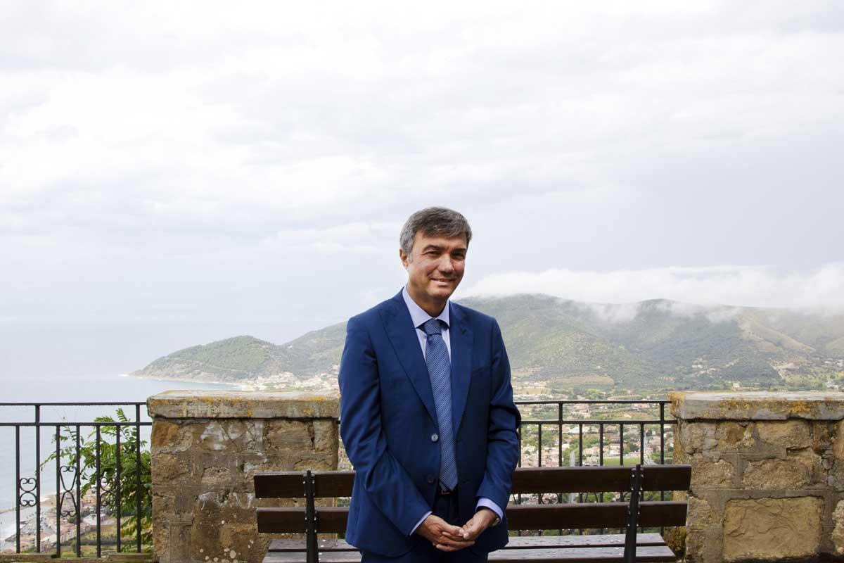 """Costabile Spinelli, sindaco di Castellabate (SA), 53 anni: """"L'arrivo della banda ultra larga rappresenta una crescita ulteriore per questo territorio. Castellabate è uno dei borghi più belli d'Italia: grazie alla fibra ottica siamo contenti di offrire ai turisti servizi sempre migliori""""."""