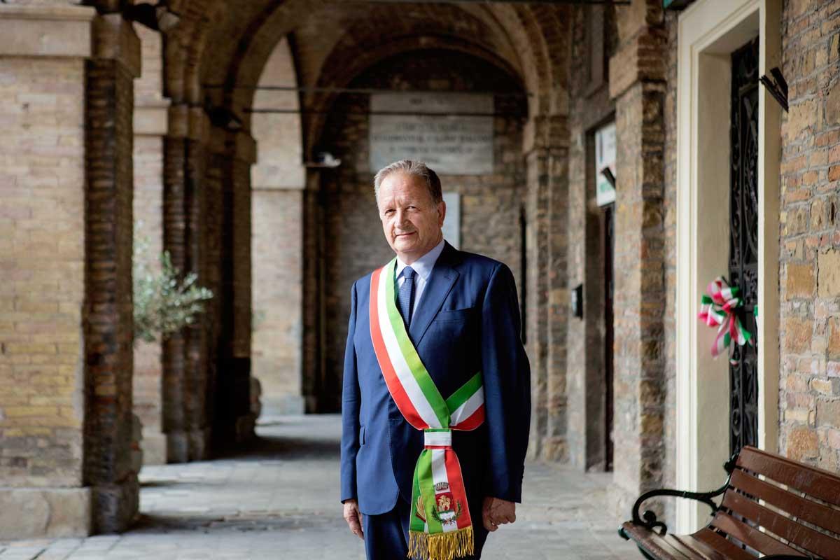 """Luigi Cerioni, Sindaco di Cupramontana (AN) e Presidente della Provincia di Ancona, 63 anni: """"La fibra costituisce un'enorme opportunità di sviluppo per la nostra comunità. Al tempo stesso rappresenta una sfida collettiva: dobbiamo partecipare tutti per cogliere questa opportunità e trarne i migliori benefici""""."""